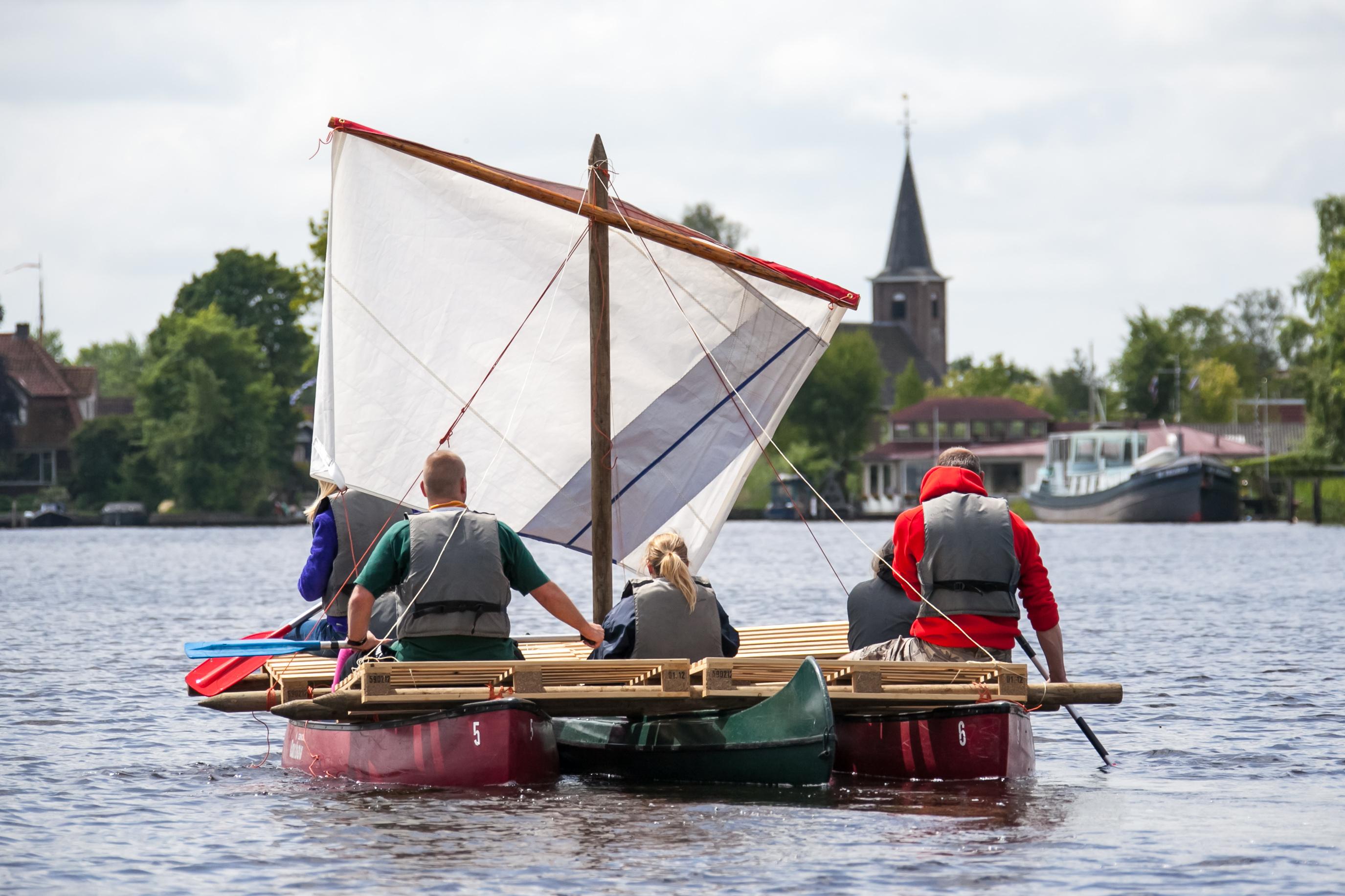 Vlottenbouwen tijdens een actieve familiedag in Friesland