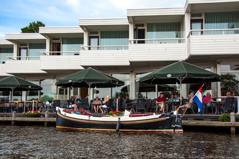 Vrijgezellenuitje in Friesland: Culinair Hoppen in een e-Sloep