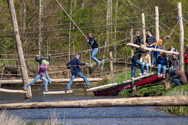 Wie van de familie durft: een survivalbaan boven het water van Friesland.