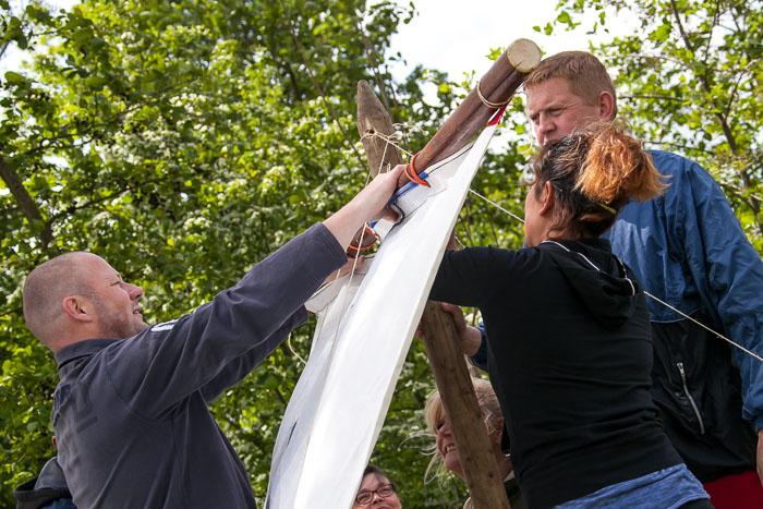 Groepsuitje in Friesland: Treasure Island is een teamspel waarbij je materiaal moet verzamelen om een zeilvlot te bouwen.