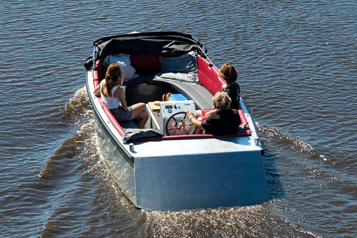 Teambuilding in Friesland: varen in een moderne elektrische sloep.