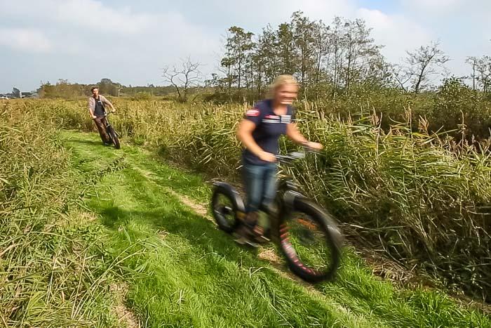 Teambuilding in Friesland: met een elektrische step off road over een graststrook en langs het riet.
