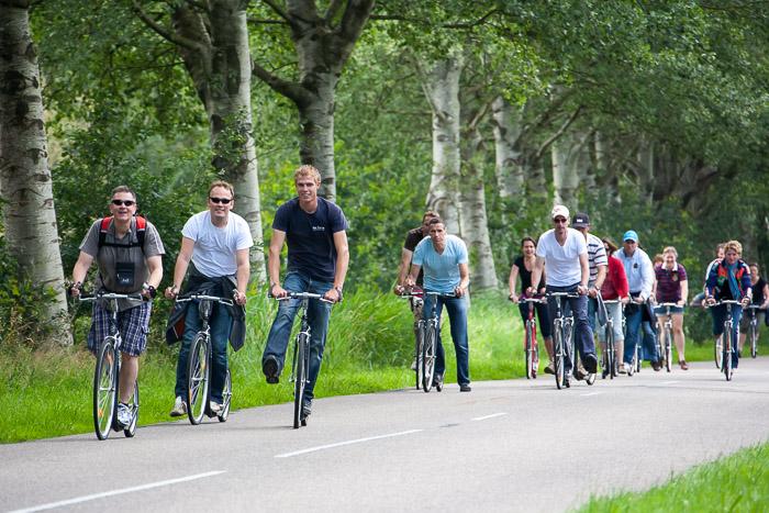 Actief bedrijfsuitje: een groep mensen die steppen op een Kick-Bike