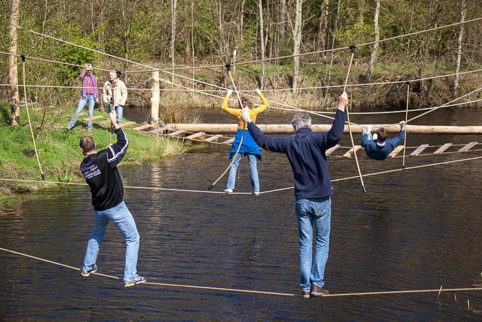 Survival activiteit in Friesland Parcours boven het water.