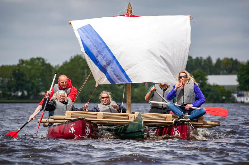 Survival activiteit in Friesland een zeilvlot bouwen.