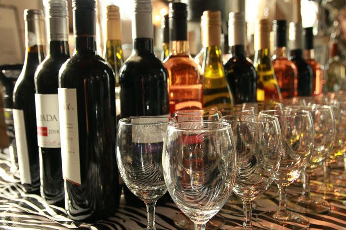 Een foto van flessen wijn en glazen
