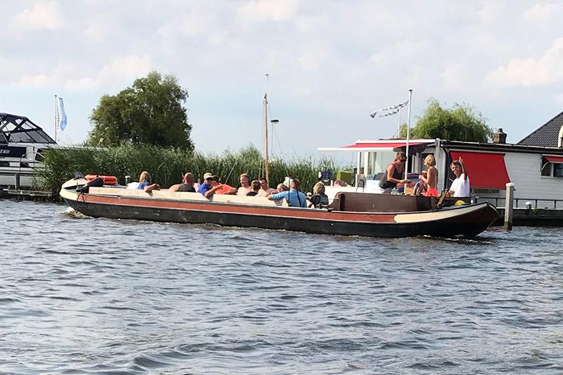 Personeelsuitje Friesland: Een rondvaart met je collega's. Een prachtige route door Nationaal Park De Alde Feanen.